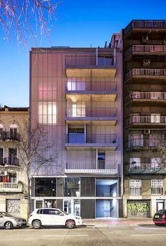 El último proyecto realizado por AVA Studio, un edificio de viviendas plurifamiliar en Barcelona con una particular fachada textil.   #arquitectura #Barcelona