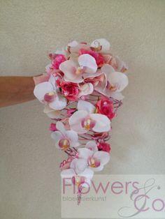 Bruidsboeket van zijde orchideeën en roze roosjes op een frame van lichtroze ijzerdraad. In meerdere kleur en bloemcombinaties mogelijk