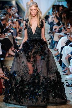 The complete Elie Saab Fall 2017 Couture fashion show now on Vogue Runway. Elie Saab Couture, Couture Mode, Style Couture, Couture Week, Couture Fashion, Runway Fashion, Gypsy Fashion, Fashion Goth, Juicy Couture