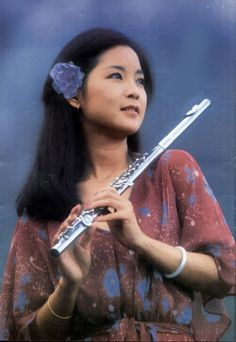 Teresa Teng Taiwan, Transverse Flute, Teresa Teng, China Hong Kong, Pop Singers, Bobby Pins, Diva, Celebrities, Beauty