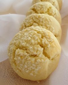 Sesame Seed Cookies - An Easy Italian cookie   http://www.italian-dessert-recipes.com/italian_cakes.html