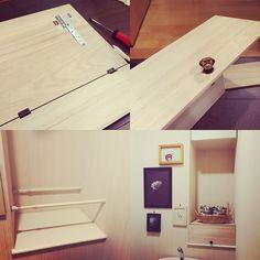 突っ張り棒を使って収納棚をDIYした実例です。板に蝶番を取り付けて、蓋つきの本格的な収納棚になっていますね。