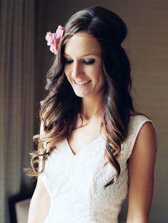 A simplicidade impera no casamento boho. Penteados soltos e com flores no cabelo são ótimas pedidas!