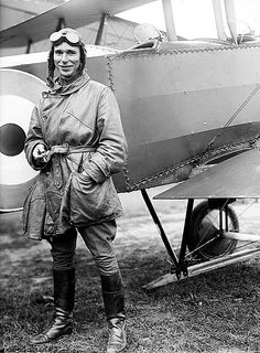 This is a picture of a World War I pilot, in front of his biplane. I find these biplanes interesting, as they were one of the very first re. World War One, First World, Old Pictures, Old Photos, Vintage Photos, Vintage Ideas, Vintage Men, Hermanos Wright, Great Mens Fashion
