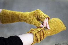 Rye Fingerless Mitts free knitting pattern -- easy clever pattern for stockinette mitts that are ruched with a tab and button