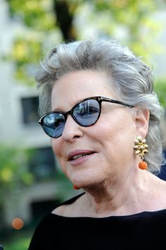Bette Midler Ditched Her Gray Hair For This Beautiful, Softer Shade Great Women, Amazing Women, Bette Midler, Lady M, Grey Hair, American Singers, Music Artists, Movie Stars, Hair Color