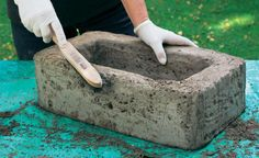Pflanzgefäße aus Beton selber machen With a steel brush, the outer edges are now rounded … Concrete Crafts, Concrete Projects, Concrete Planters, Diy Garden Projects, Garden Crafts, Garden Fountains, Garden Pots, Garden Deco, Diy Shed