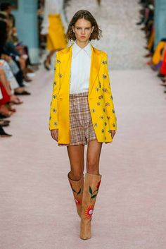 See all the Collection photos from Carolina Herrera Spring/Summer 2019 Ready-To-Wear now on British Vogue Carolina Herrera, New York Fashion, Runway Fashion, Trendy Fashion, Feminine Fashion, Ladies Fashion, London Fashion, Fashion Brands, Womens Fashion