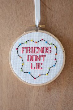 Friends Don't Lie - Stranger Things - 4 inch cross stitch by FallenDesigns on… Embroidery Art, Cross Stitch Embroidery, Embroidery Patterns, Knitting Patterns, Stranger Things Items, Cross Stitch Designs, Cross Stitch Patterns, Modele Pixel Art, Snitches Get Stitches