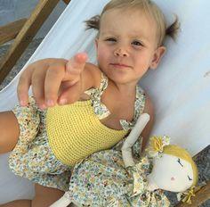 pelotedelainebb Little Girl Dresses, Little Girls, Girls Dresses, Fashion Kids, Straw Bag, Knit Crochet, Baby Kids, Instagram, Knitting
