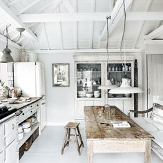 White aga, kitchen, table , love this look! Banquette+table de ferme