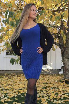 Denne kjolen, med strikket bærestykke og heklet skjørt, sitter som et skudd! I herlig bomull- og merinoblanding er den også supermyk og behagelig å ha på. Føl deg som en dronning til hverdags eller på fest i denne! E Design, Crocheting, Knit Crochet, Knitting, Sweaters, Dresses, Fashion, Crochet, Vestidos