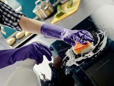Men man behöver inte skrubba händerna blodiga med starka rengöringsmedel för att få en skinande ren spis.