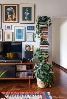 Sala de estar tem estante com livros, parede de quadros, rack vintage preto e muitas plantas. Diy Decor Room, Room Decor Bedroom, Decor Crafts, Retro Home Decor, Cheap Home Decor, Vintage Apartment Decor, Retro Apartment, Funky Decor, Home Living Room