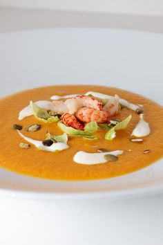 Whiskey-Krabbensuppe+mit+Sahnemeerrettich/5-6 potatoes 3-4 carrots 2 shallots 200g crab 2 tablespoons whiskey 6 Brussels sprouts Approximately 1L broth , better crustacean Fund Salt and pepper 2 tablespoons medium-hot horseradish some cream
