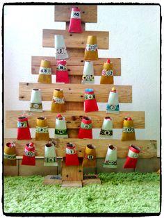 bricolage de noel, calendrier de l'avent, rouleau de papier toilette, enfant, sapin, palette en bois