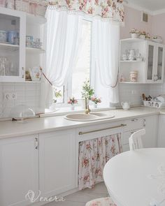 33 Gorgeous Romantic Kitchen Decoration Ideas - Are you trying to convey a romantic theme within your home? This isn't such a bad idea as there are a lot of furniture and fixtures you can choose fro. Vintage Kitchen Decor, Home Decor Kitchen, Kitchen Decorations, Shabby Chic Farmhouse, Shabby Chic Decor, Farmhouse Style, Cute Kitchen, Country Kitchen, Cozinha Shabby Chic