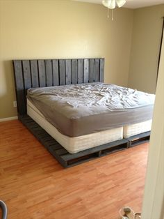 Wooden Pallet DIY 20 Pallet Bed Frame Ideas - The main feature of a bedroom is the bed! Perk up your bedroom look with a smart do it yourself pallet bed that requires little expenditure, effort and time Recycled Pallets, Wood Pallets, Pallet Wood, Pallet Frames, Painted Pallets, Euro Pallets, 1001 Pallets, Recycled Wood, Wooden Pallet Furniture