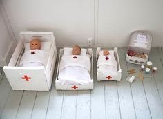 TOY HOSPITAL // patients (dolls), beds + bedding, medication (sweets in pots)… Child Doll, Baby Dolls, Box Bed, Play Centre, Dramatic Play, Pretend Play, Role Play, Diy Toys, Toddler Activities