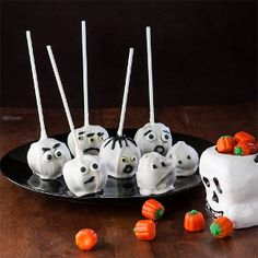 Ghost Cake Pops are fun, #glutenfree and festive treats that will liven up any Halloween party with the spooky smiles.