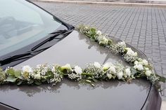 Découvrez nos dernières compositions florales pour décorer votre voiture le jour de votre mariage Wedding Car Decorations, Floral Cake, Burgundy Wedding, Flower Boxes, Wedding Events, Wedding Flowers, Floral Wreath, Marriage, Wreaths