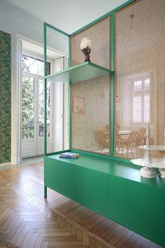 Os moradores deste apartamento em Milão, por exemplo, não tiveram medo de arriscar: solicitaram aos profissionais da Uda Architetti um espaço com muitos toques de cor na hora de fazer a reforma.