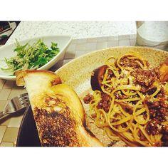 sera3103333今日は休みなのでニンニクたっぷりパスタ✌️これグランプリとったレシピらしくて今まで作ったパスタで1番美味しかったしかもめっちゃ簡単っ✌️やば 、 #おうちごはん #朝ごはん #ナスとひき肉 #ボロネーゼ #パスタ #食パン #オリーブオイル 焼き #水菜 #サラダ