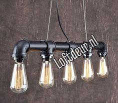 Prachtige Steigerbuis lamp van Loftdeur.nl Zwarte afwerking Breed: 90cm Diameter buis: 5cm Gewicht: 4kg Fitting: E27 Dimbaar: Ja 5x Edison bulbjes bij te bestellen a…