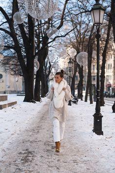 All white winter look Chloé harper boots Fake fur Stola  More on www.fashiioncarpet.com