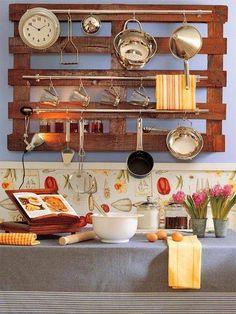 Une palette pour accrocher vos ustensiles de cuisine, pas mal non ?