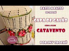 Nesta aula você vai aprender o passo a passo da capa de galão de crochê com a Flor Catavento. Além de linda essa capinha é super fácil de confeccionar! Assis...