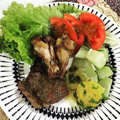 A gente gosta assim... Bastante vegetais mandioquinha carne 1 e 2 em tamanho pequeno com suas gorduras naturais siiiim e mais um teco de molho de tomate com azeite de oliva na salada para dar aqueeele toque especial  Bom dia!