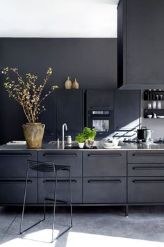 zwarte-keuken-rvs-keukenblad
