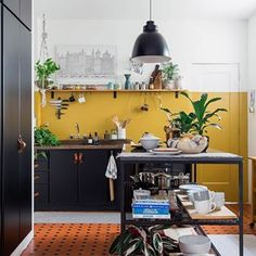 Source of ideas Chapter 2 - Renovated kitchen with mustard wall in rented apartment has old ceramic floor central metal island - Kitchen Colors, Kitchen Decor, Mustard Walls, White Round Tables, Studio Apartment Design, Two Tone Kitchen, False Ceiling Bedroom, Yellow Walls, Bedroom Styles