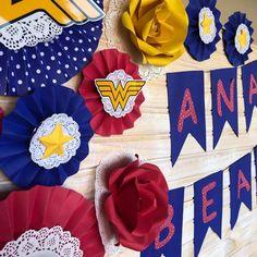 Festa Mulher Maravilha: tutoriais e 70 ideias para fazer a sua Wonder Woman Birthday, Wonder Woman Party, Birthday Woman, Mom Birthday, Baby Mabel, Ideas Para Fiestas, Birthday Party Decorations, 4th Of July Wreath, Diy For Kids