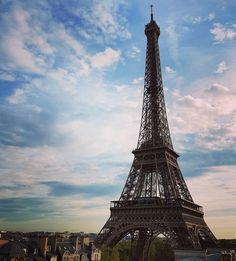 Annnd one more.. (daytime view from the balcony)  #wakinguptothis  #globetrotter #explore #travel #traveladdict #traveljunkie #holiday #vacation #travelbug #instavacation #instaholiday #travelphotos #travelpics #travelphotography #travelgram #instatravel #lovetotravel #livetotravel #travelwithandecornel #paris #france #europe #eiffeltower #pullmanhotel by andecornel