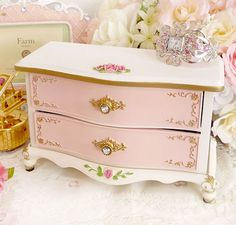 This is a beauty ~I think I'll paint my jewelry box like this! So Shabby Chic!
