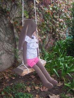 Esmeralda, vestida con una camisa floreada y un pantalón rosa, zapatitos acordonados de tela. 80 cm de alto aprox. $ 600.- Vendida.