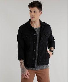 Essa jaqueta foi desenvolvida em jeans. A parte frontal tem dois bolsos aplicados e fechamento por botões. A gola é esporte e as mangas são longas.  Quando bater aquele friozinho aposte nessa jaqueta e arrase!  Composição: 82% Algodão 16% Poliéster 2% Elastano  Modelo Veste: M Altura: 1,87m Tórax: 100cm Cintura: 92cm Quadril: 98cm