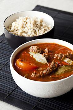 Viipaloi kuoritut porkkanat, kuutioi tomaatit, lohko sipuli ja silppua valkosipulin kynnet. Huuhtele paprika, poista niistä siemenkodat ja suikaloi. Suikaloi halutessasi myös chilipaprika. , Laita vihannekset ja lihakuutiot kerroksittain kannelliseen uunipataan. Ripottele päälle mausteet. Kaada vuokaan lopuksi tomaattimurska ja vesi. Sekoita aineksia kevyesti, jotta maut tasaantuvat.  , Kypsennä 175 asteessa 2,5-3 tuntia. Sekoita ruokaa muutaman kerran kypsennyksen aikana.