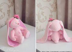 Patrón de esta bonita muñeca conejita de color rosa con orejas muy largas.