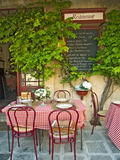 Wallpaper mural of the terrace of a small restaurant in Provence (France). An excellent trompe l'oeil for a small wall in a cafe or restaurant. French Cafe Decor, French Country Decorating, Italian Bistro, Italian Cafe, Bar Deco, La Trattoria, Decoration Restaurant, Restaurant Exterior, Pizzeria