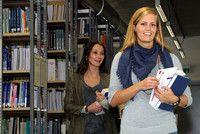 Betriebswirtschaftslehre (berufsintegrierender Bachelor)   Fachhochschule Mainz - University of Applied Sciences Durch die Kombination von betriebswirtschaftlichem Studium und gleichzeitiger einschlägiger Berufstätigkeit werden sowohl die Anwendungsbezüge der Lehrinhalte konkretisiert als auch in der Berufspraxis gewonnene Erkenntnisse in das Studium integriert. Diese Parallelqualifikation bereitet damit in idealer Weise auf die Übernahme von anspruchsvollen Fach- und Führungsaufgaben vor.