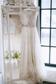 39 Getting-Ready Wedding Photos Every Bride Should Have: Highlight your wedding dress style with . a refined mirror. Dress with mirror. rustic wedding dress with mirror Trendy Wedding, Perfect Wedding, Dream Wedding, Elegant Wedding, 2017 Wedding, Wedding Summer, Wedding Show, Wedding White, Rustic Wedding
