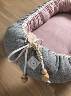 Ich freue mich, den jüngsten Neuzugang in meinem vorzustellen: SLUMMA Babynestchen aus BIO-Baumwolle in organic grau - blassrosa meliert animaux mignon fille garçon metisse montessori naissance Newborn Gifts, Baby Gifts, Diy Bebe, Selling Handmade Items, Baby Mobile, Kits For Kids, Baby Bunnies, Kind Mode, Fabric Crafts