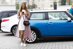 Street Style Kiev: sobretudo lilás e vestido branco