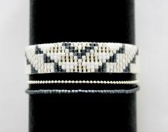 Bracelet tissé Miyuki noir, blanc, argent et bleu : Bracelet par la-ruche-creation