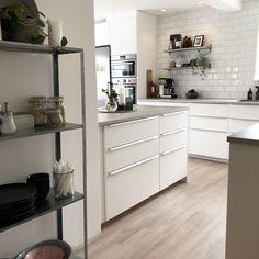 Affordable Home Decor Ideas .Affordable Home Decor Ideas Kitchen Handles, Layout Design, Küchen Design, Kitchen Redo, Kitchen Cabinets, Home Interior Design, Interior Decorating, Kitchen Design Software, Kitchens