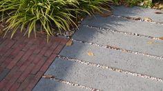 Bestrating met horizontaal gelegde betonbanden van Schellevis, in combinatie met klinkers. Foto: Vicas Tuinontwerpen
