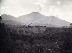1937 Java: Spoorbrug over de Tjikoeda met de stoomtrein van de lijn Rantja-Tandjongsari bij halte Tjikeroeh, Op de achtergrond de vulkaan Tangkoeban Prahoe.